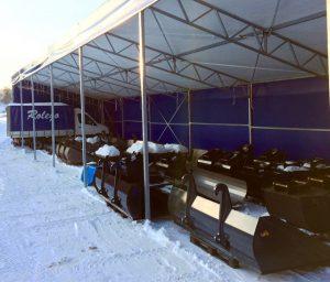 Rolegos skopor står under ett tält